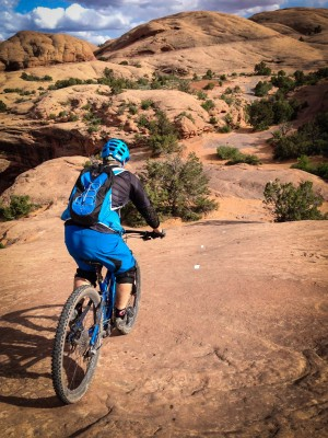 The backpack keeps center of gravity low, perfect for aggressive riding or steep descents