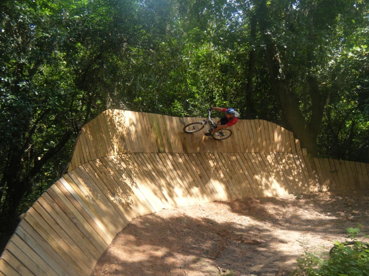 Wall ride on Wally World. Trail: Tom Brown. Photo: Peresite70.