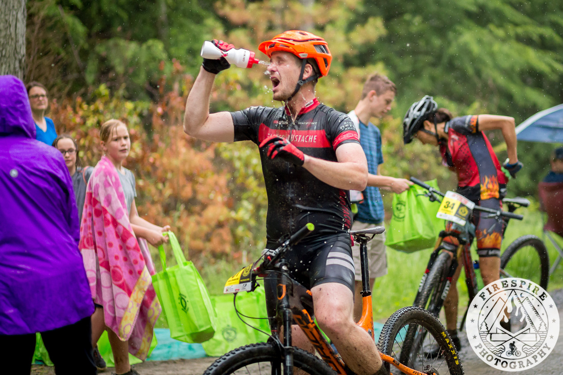 Washing out my eyeballs at the aid station (photo: TSEpic Media Team / Firespire Photography)