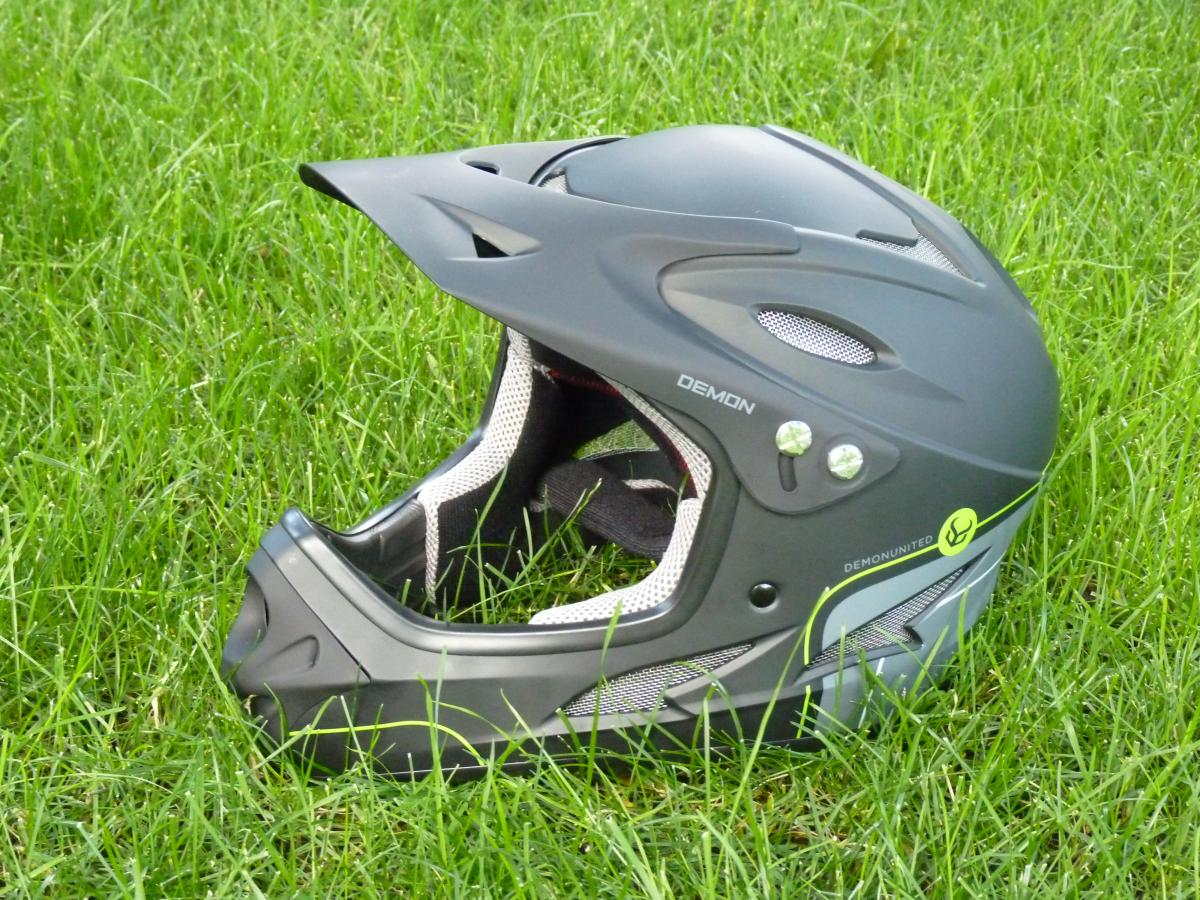 Demon Podium Full Face Helmet Helmet Reviews | Mountain Bike Reviews  || SINGLETRACKS.COM