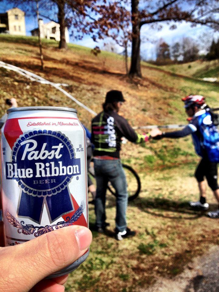 Mid-race beer handups. Photo: mtbgreg1.