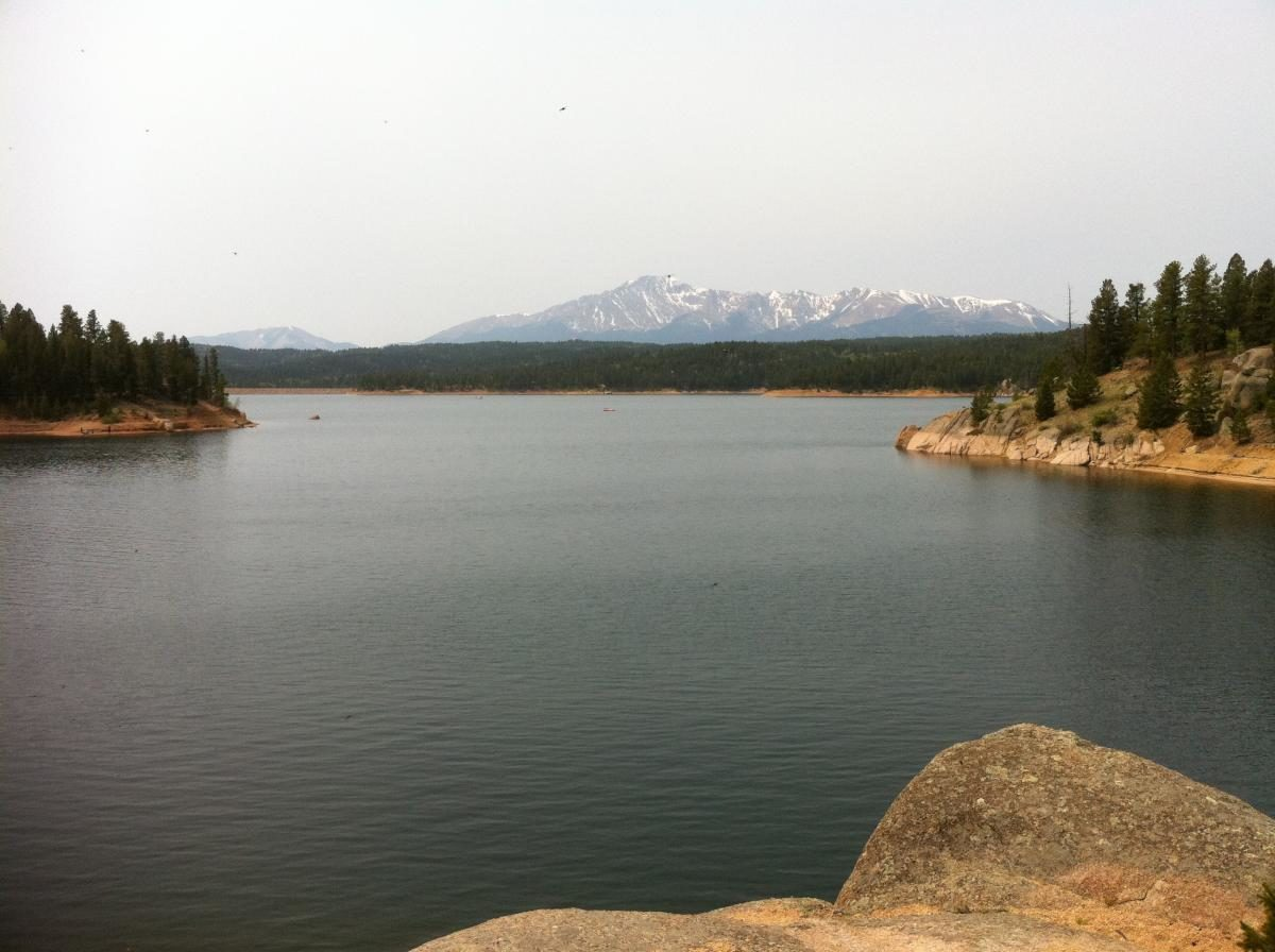 """Sure, the views of Pikes Peak are excellent, but the """"lake"""" is obviously artificial and there is better singletrack in the are (photo: Sophisto)"""