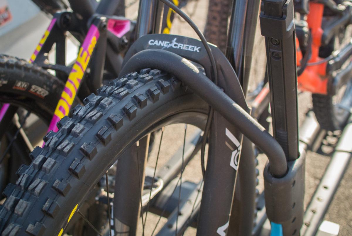 rockymounts splitrail hitch rack review expands  hold    bikes singletracks